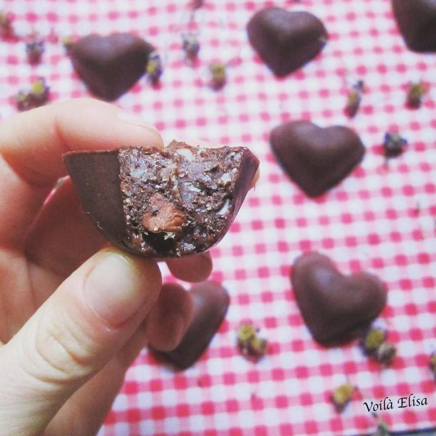 bombones-crudiveganos-.forma-corazon-cacao-avellanas